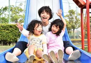 (左から)ひかりちゃん(3)、未央さん(34)、かんなちゃん(5)=佐賀市の夢咲公園