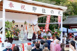 奉祝祭のステージで披露された巫女たちの悠久の舞=鹿島市の祐徳稲荷神社