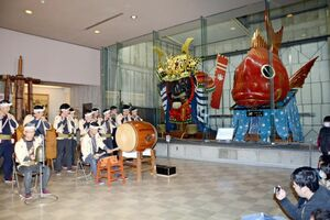 新春囃子初め式で、唐津くんちの囃子を演奏する唐津曳山囃子保存会=唐津市西城内の曳山展示場
