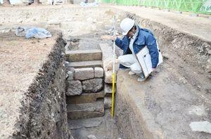 佐賀城本丸跡の発掘調査で見つかった地下に続く石の階段=佐賀市城内