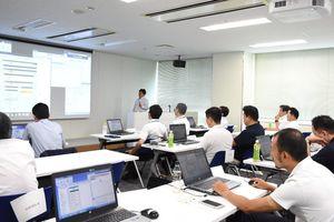 行政や民間企業が参加したRPA体験セミナー=佐賀市のマイクロソフトイノベーションセンター佐賀