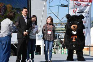 台東で開かれるバルーンフェスタをPRする台湾観光局のキャラクター「Oh!Bear」や職員たち