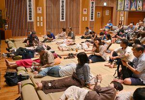 ござに寝転びながら映画を楽しむスタイルが魅力の古湯映画祭=佐賀市富士町のフォレスタふじ(2019年9月撮影)