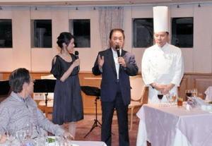 伊万里の食と器をアピールする塚部芳和市長(中央)と清田隆司料理長(右)