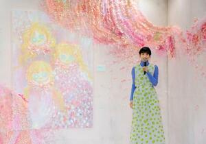 自作アートを語る俳優のん=9日、横浜市
