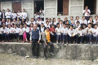 ネパールの学校に文具を寄贈 金立水曜登山会