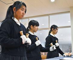 久米詔子さんが作曲した「カリヨン」を演奏する部員たち=佐賀市の佐賀女子高校