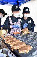 オリジナルのたい焼きを作る高志館高の生徒=佐賀市白山の龍造寺八幡宮