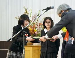 「わたしたちのくらしと農業」コンクールで表彰される児童・生徒たち=佐賀市のマリトピア