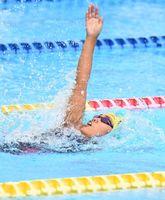 競泳女子背泳ぎの2種目で県新記録を更新した佐賀商の末廣真生=佐賀市の県総合運動場水泳場
