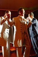 ミニ結婚式を挙げて参加者から祝福を受ける男性カップル=佐賀市のザ・ゼニス
