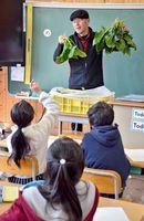 中山間地の環境や気候を生かした野菜作りについて子どもたちに伝える水田強さん=佐賀市の富士小