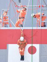 約7メートルの搭上から要救助者を救出する「引揚救助」に臨む隊員=佐賀市兵庫町の県消防学校