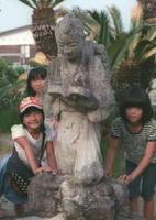まきを背負ったおなじみの二宮金次郎像。平成の児童も名前を知っていた=佐賀市の嘉瀬小学校(フィルムで撮影)