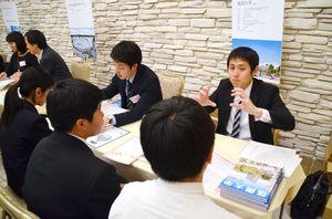 昨年の「大学・短期大学・専門学校進学相談会」で、高校生に入試などについて説明する学校の担当者