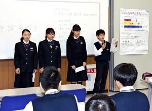 グループ学習で調べたミニ卒論を発表する生徒たち=基山町の東明館中
