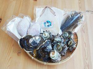 旬のイワガキなどを詰めた海鮮バーベキューセット