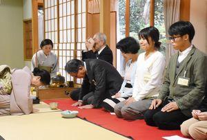 別邸の薄茶席でお茶を楽しむ参加者=鳥栖市田代大官町の久光製薬九州本社