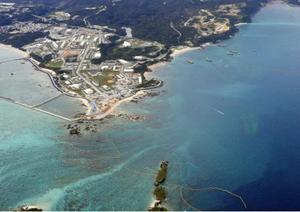 沖縄県名護市辺野古の沿岸部。右側が軟弱地盤が存在する海域=2018年12月