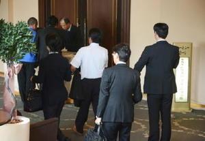 タカタグループの債権者説明会で、会場に入る人たち=佐賀市のグランデはがくれ