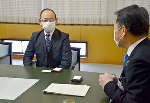 峰市長(右)に着任のあいさつをする佐藤伸行さん=唐津市役所