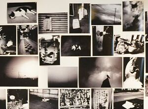 壁一面に貼られた作品群の一部=佐賀市松原のギャラリーシルクロ