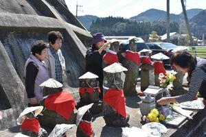 うれしの特別支援学校の生徒が作ったかさをかぶった地蔵=嬉野市塩田町