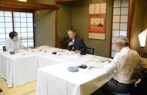 作品の審査をする(左から)夏樹静子さん、森村誠一さん、北方謙三さん=昨年2月、佐賀市の楊柳亭