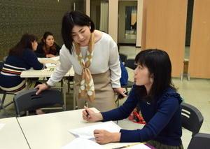 参加者の質問に答える講師の三浦峰子さん(左)=佐賀市のモラージュ佐賀