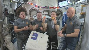 国際宇宙ステーションに届けられた藤津郡太良町産のハウスミカンを食べる宇宙飛行士。こうした実績で、佐賀県とJAXAの連携が強まっている=2019年(JAXA/NASA提供)