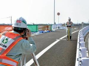 測量が始まった有明海沿岸道路芦刈南ICの復旧工事=小城市