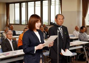 交通安全宣言をする高原悠実さん(左)と塚本三男さん=佐賀市の佐賀南署