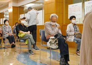 新型コロナウイルスのワクチン接種後、経過観察のため院内で待機する高齢者=24日午後、佐賀市富士町の富士大和温泉病院