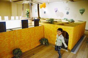 来館した子どもたちが挑戦した巨大迷路を使った宝探しイベント=佐賀市のバルーンミュージアム