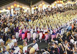 阿波おどりの団体が独自に行った「総踊り」=13日、徳島市