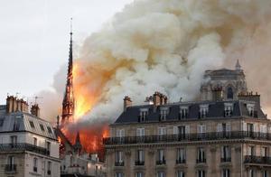 炎上するパリのノートルダム寺院=15日(ロイター=共同)
