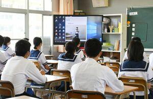 電子黒板を用いた生徒総会の様子=佐賀市の大和中