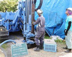 地中熱のボーリング調査の掘削作業=昨年7月下旬、佐賀市川副町の佐賀県農業試験研究センター(県提供)