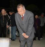 落選が決まり、支持者に頭を下げる鶴田直輝さん=12日午後10時8分、三養基郡上峰町坊所の事務所