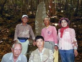 遺族の寺崎正博さん(前列右)と野田皓一さん(同左)。左上は石碑を見つけた津留逸雄さん=太良町(提供写真)