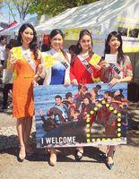 「アースデイ東京2017 アムネスティーインターナショナル」で難民支援の呼びかける荒木さん(左端)=2017年4月東京代々木公園