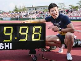 日本学生対校選手権の男子100㍍決勝で日本新記録となる9秒98をマークした桐生祥秀選手=9日、福井県営陸上競技場