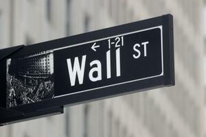 ニューヨークのウォール街にある標識(ロイター=共同)