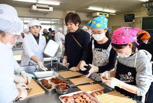 巻き柿作りを楽しむ参加者=佐賀市の佐賀女子短大