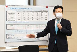 新型コロナウイルスの感染状況について、佐賀県内はステージ1になったという認識を示した山口祥義知事=17日午前、県庁