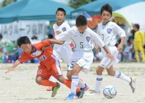 1次ラウンドfパート・アルマウィードJSC A-ソルニーニョFC A 前半、相手からボールを奪うアルマウィードJSC Aの石島児夏選手(中央)=佐賀市の佐賀空港グラウンド