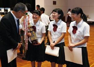 九州地区高校生介護コンテストで4年連続最優秀賞に輝いた嬉野高校の生徒たち=神埼市の中央公民館