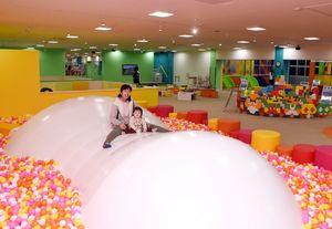 3万個のボールが入ったボールプール=武雄市の「メリッタkid's TAKEO」