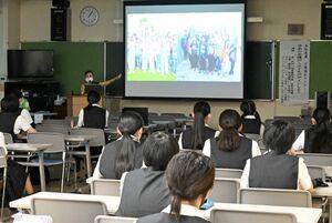 セミナーで卒業生や留学生の話を聞く参加者=佐賀市の佐賀女子短大