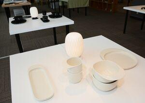 取っ手が印象的なテーブルウエアと、和紙を折ったような雰囲気が楽しめるランプ